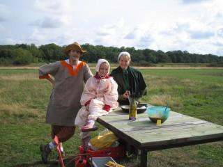 Photo de famille d'un jour, avec les poelles qui ont servi à rattraper les oeufs tombés du ciel.